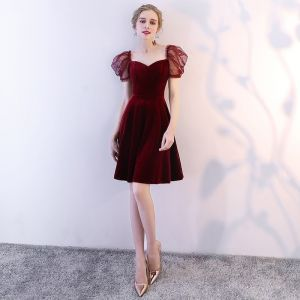 Moderne / Mode Bordeaux de retour Robe De Graduation 2018 Princesse Amoureux Gonflée Manches Courtes Courte Volants Dos Nu Robe De Ceremonie