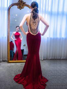 Sexy Einfarbig Rot Abendkleider 2019 Meerjungfrau Neckholder Wildleder Rückenfreies Handgefertigt Perlenstickerei Ärmellos Gespaltete Front Sweep / Pinsel Zug Festliche Kleider