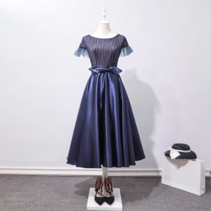 Chic / Beautiful Navy Blue Homecoming Graduation Dresses 2018 A-Line / Princess Striped Bow Scoop Neck Short Sleeve Tea-length Formal Dresses