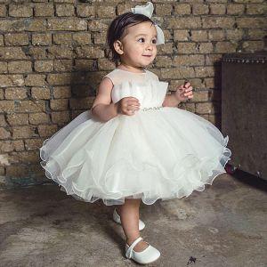 Elegante Weiß Organza Geburtstag Blumenmädchenkleider 2020 Ballkleid Rundhalsausschnitt Ärmellos Perlenstickerei Stoffgürtel Kurze Rüschen Kleider Für Hochzeit