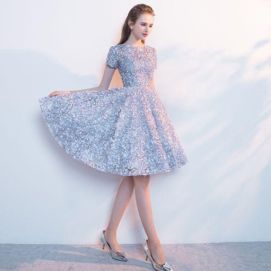 Chic / Beautiful Silver Homecoming Graduation Dresses 2017 A-Line / Princess Square Neckline Short Sleeve Appliques Flower Metal Sash Knee-Length Ruffle Formal Dresses
