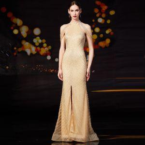 Luxus / Herrlich Gold Abendkleider 2020 Meerjungfrau Stehkragen Ärmellos Handgefertigt Perlenstickerei Gespaltete Front Sweep / Pinsel Zug Rüschen Rückenfreies Festliche Kleider