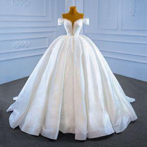 Magnífico Blanco Satén Boda Vestidos De Novia 2021 Ball Gown Transparentes Fuera Del Hombro V-cuello Profundo Manga Corta Sin Espalda Hecho a mano Rebordear Perla Chapel Train