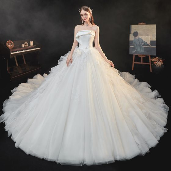 High-end Ivory Organza Bridal Wedding Dresses 2021 Ball Gown Strapless Sleeveless Backless Appliques Lace Sequins Beading Cathedral Train Ruffle