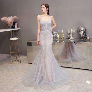 High End Champagner Grau Abendkleider 2020 Meerjungfrau Tiefer V-Ausschnitt Ärmellos Perlenstickerei Stoffgürtel Sweep / Pinsel Zug Rüschen Rückenfreies Festliche Kleider