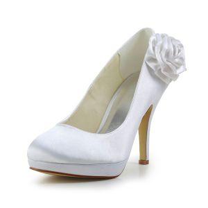 Belles Chaussures De Mariée Blanches Talons Aiguilles En Satin Avec Des Fleurs