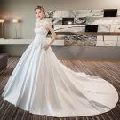 Klassisch Ivory / Creme Brautkleider 2018 A Linie Mit Spitze Blumen Rundhalsausschnitt Rückenfreies Ärmellos Kathedrale Schleppe Hochzeit