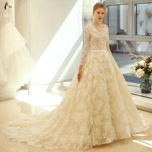 Elegante Ivory / Creme Brautkleider 2018 A Linie V-Ausschnitt Perlenstickerei Stoffgürtel Rüschen Kapelle-Schleppe