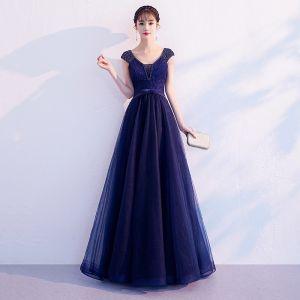 Elegante Marineblau Abendkleider 2019 A Linie V-Ausschnitt Perlenstickerei Blumen Spitze Schleife Ärmellos Rückenfreies Lange Festliche Kleider