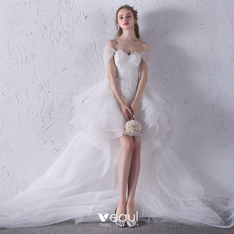 Hermoso Blanco Playa Vestidos De Novia 2018 Ball Gown Con Encaje Apliques Bowknot Fuera Del Hombro Sin Espalda Sin Mangas Asimétrico Boda