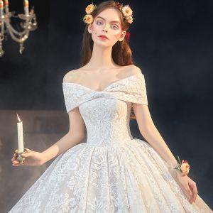 Lyx Champagne Spets Brud Bröllopsklänningar 2020 Balklänning Av Axeln Korta ärm Halterneck Appliqués Spets Cathedral Train Ruffle