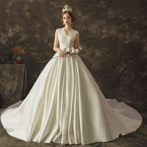 Schlicht Ivory / Creme Satin Brautkleider / Hochzeitskleider 2019 A Linie V-Ausschnitt Ärmellos Schleife Stoffgürtel Kathedrale Schleppe Rüschen