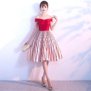 Chic / Beautiful Red Homecoming Graduation Dresses 2018 A-Line / Princess Striped Off-The-Shoulder Backless Sleeveless Knee-Length Formal Dresses