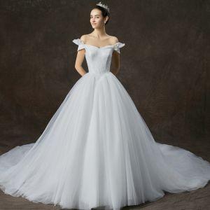 Schlicht Weiß Brautkleider / Hochzeitskleider 2019 A Linie Off Shoulder Kurze Ärmel Rückenfreies Kathedrale Schleppe Rüschen