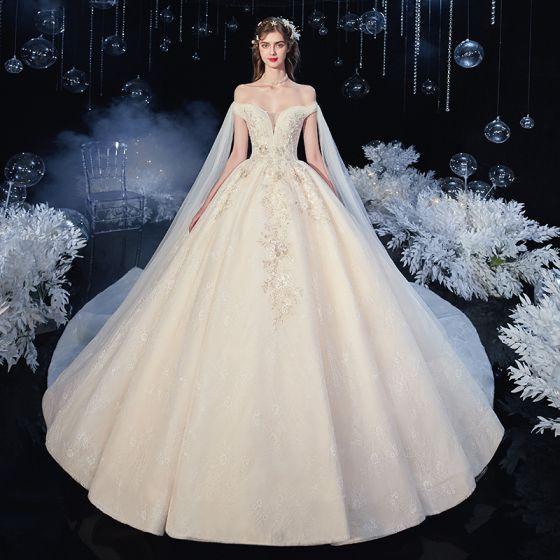 Snygga / Fina Champagne Brud Bröllopsklänningar 2020 Balklänning Av Axeln Korta ärm Halterneck Appliqués Spets Blomma Paljetter Beading Cathedral Train Ruffle