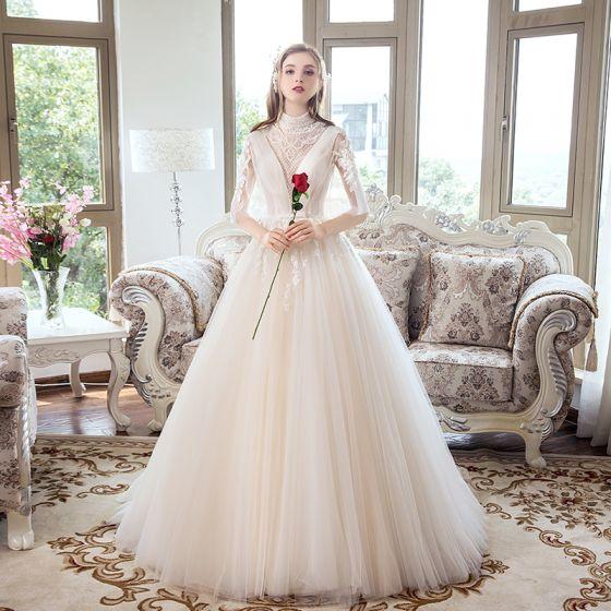 f60280a54175 Luxus Champagne Brudekjoler 2018 Prinsesse Gennemsigtig Beading Krystal  Rhinestone Med Blonder Blomsten Sløjfe Scoop Neck Halterneck 1 2 De ...