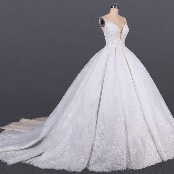 Luksusowe Białe ślubna Gorset Suknie Ślubne 2020 Suknia Balowa Kochanie Bez Rękawów Bez Pleców Aplikacje Z Koronki Wykonany Ręcznie Frezowanie Trenem Katedra Wzburzyć