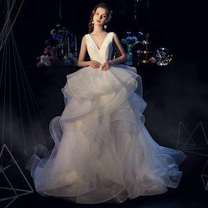 Eleganta Elfenben Satin Bröllopsklänningar 2019 Balklänning Djup v-hals Ärmlös Halterneck Skärp Domstol Tåg Cascading Volanger