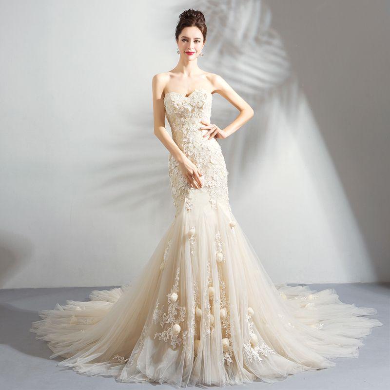 Erschwinglich Champagner Brautkleider / Hochzeitskleider 2018 Meerjungfrau Applikationen Spitze Blumen Perle Bandeau Rückenfreies Ärmellos Hof-Schleppe Hochzeit