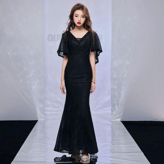 Mode Svarta Aftonklänningar Med Sjal 2019 Trumpet / Sjöjungfru V-Hals Ärmlös Beading Polyester Långa Ruffle Halterneck Formella Klänningar