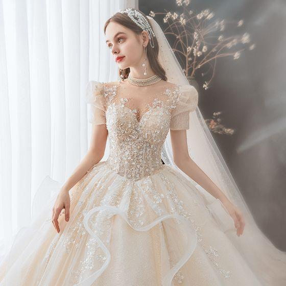Stylowe / Modne Szampan Suknie Ślubne 2021 Suknia Balowa Wycięciem Frezowanie Cekiny Perła Z Koronki Kwiat Aplikacje Kótkie Rękawy Bez Pleców Trenem Królewski Ślub