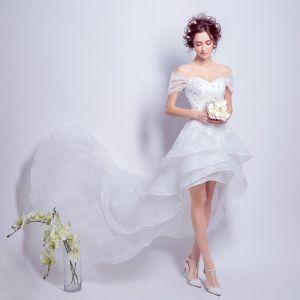 Vestido Alto Blanco Organza Verano Playa Vestidos De Novia 2018 A-Line / Princess Fuera Del Hombro Manga Corta Sin Espalda Apliques Con Encaje Asimétrico Volantes En Cascada