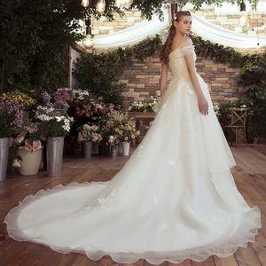 Mooie / Prachtige Witte Trouwjurken 2020 A lijn Uit De Schouder Appliques Ruglooze Geborduurde Bloem Chapel Train Huwelijk