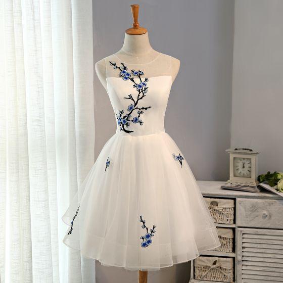 Erschwinglich Chinesischer Stil Abiballkleider 2017 Spitze Applikationen Rückenfreies Ärmellos Rundhalsausschnitt Weiß Kurze Ballkleid