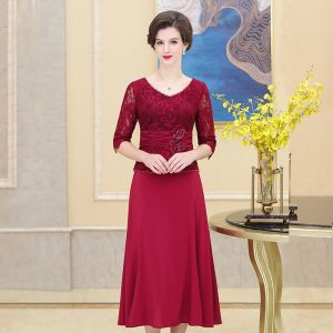 Elegant Burgundy Mother Of The Bride Dresses 2019 A-Line / Princess V-Neck Crystal Lace Flower 1/2 Sleeves Tea-length Wedding Party Dresses