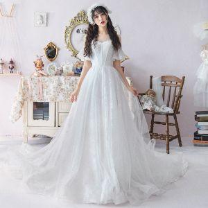 Schlicht Weiß Durchsichtige Brautkleider / Hochzeitskleider 2019 A Linie Rundhalsausschnitt Kurze Ärmel Applikationen Spitze Kathedrale Schleppe Rüschen