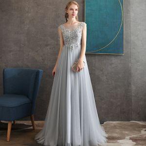 Piękne Szary Przezroczyste Sukienki Wieczorowe 2020 Princessa Wycięciem Bez Rękawów Aplikacje Z Koronki Frezowanie Długie Bez Pleców Sukienki Wizytowe
