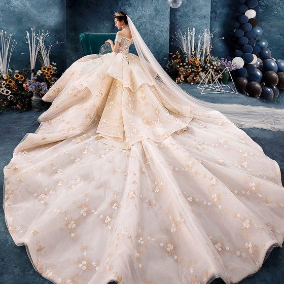 Atemberaubend Champagner Brautkleider / Hochzeitskleider 2019 Ballkleid Off Shoulder Kurze Ärmel Rückenfreies Applikationen Spitze Blumen Perlenstickerei Kathedrale Schleppe Rüschen