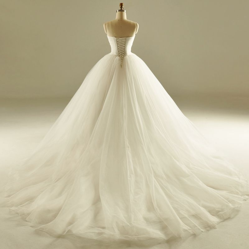 Classic Ball Gown Wedding Dresses 2017 Sweetheart Backless Sleeveless Feather Ruffle Ivory Tulle Chapel Train