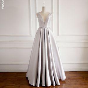 Proste / Simple Srebrny Sukienki Na Bal 2018 Princessa Przezroczyste V-Szyja Bez Rękawów Frezowanie Kokarda Szarfa Długie Wzburzyć Bez Pleców Sukienki Wizytowe