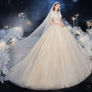 Luxus / Herrlich Champagner Hochzeits Brautkleider / Hochzeitskleider 2020 Ballkleid V-Ausschnitt Kurze Ärmel Perlenstickerei Perle Glanz Tülle Kathedrale Schleppe Rüschen