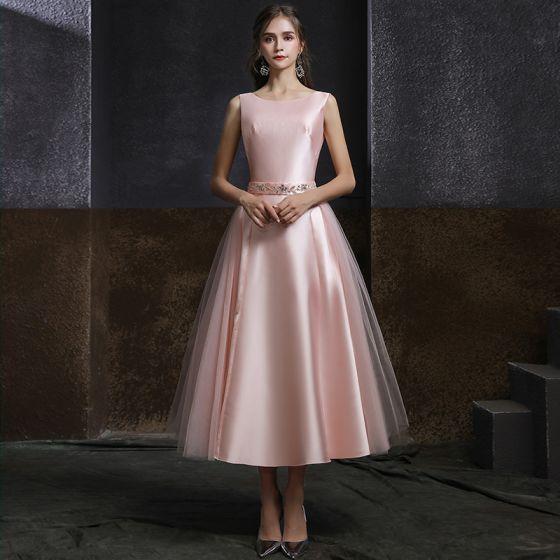 Classique Rougissant Rose Satin de retour Robe De Graduation 2020 Princesse Encolure Dégagée Sans Manches Perlage Ceinture Thé Longueur Dos Nu Robe De Ceremonie