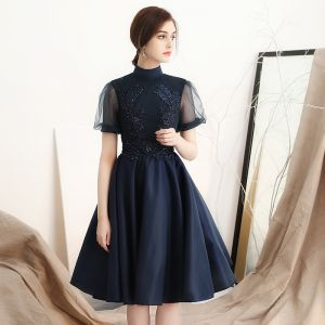 Modern / Fashion Navy Blue Homecoming Graduation Dresses 2018 A-Line / Princess High Neck See-through Short Sleeve Appliques Lace Beading Knee-Length Ruffle Backless Formal Dresses