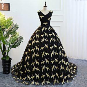 Schöne Schwarz Gold Ballkleider 2018 Ballkleid Stickerei V-Ausschnitt Rückenfreies Ärmellos Kathedrale Schleppe Festliche Kleider