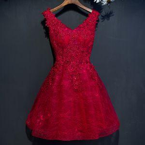 Schöne Rot Abiballkleider 2017 A Linie Mit Spitze Blumen Pailletten Perlenstickerei V-Ausschnitt Ärmellos Kurze Festliche Kleider