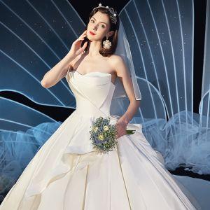 Schlicht Ivory / Creme Satin Brautkleider / Hochzeitskleider 2019 Ballkleid Bandeau Ärmellos Rückenfreies Kathedrale Schleppe Rüschen