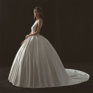 Sexy Ivory Wedding Dresses 2018 Ball Gown V-Neck Sleeveless Backless Cathedral Train Ruffle