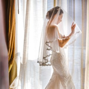 Vintage Romantisch Witte Korte Bruidssluier 2020 Lace-up Tule Kralen Parel Huwelijk Accessoires