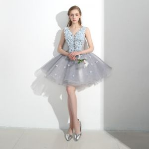 Schöne Erschwinglich Festliche Kleider Partykleider 2017 Mit Spitze Applikationen Blumen Rückenfreies V-Ausschnitt Ärmellos Kurze Grau Ballkleid