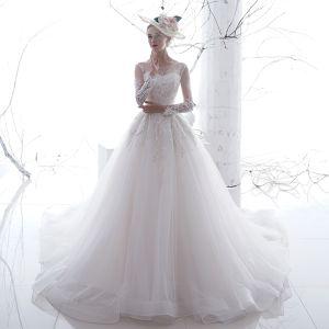 Schöne Weiß Durchsichtige Brautkleider / Hochzeitskleider 2020 A Linie Rundhalsausschnitt Lange Ärmel Rückenfreies Applikationen Spitze Kapelle-Schleppe Rüschen