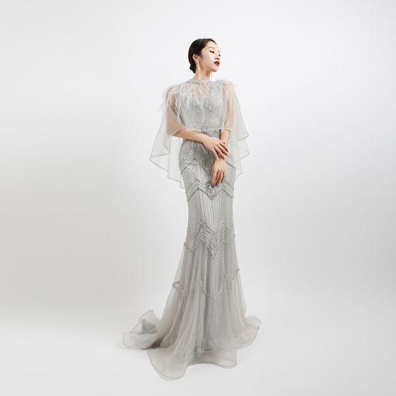 Wysokiej Klasy Szary Sukienki Wieczorowe Z Szalem 2020 Syrena / Rozkloszowane Głęboki V-Szyja Bez Rękawów Pióro Frezowanie Trenem Sweep Wzburzyć Bez Pleców Sukienki Wizytowe