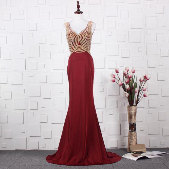 Elegante Rot Abendkleider 2020 A Linie Tiefer V-Ausschnitt Ärmellos Perlenstickerei Strass Sweep / Pinsel Zug Rüschen Rückenfreies Festliche Kleider
