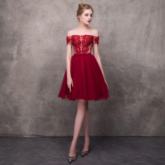 Piękne Burgund Sukienki Koktajlowe 2018 Princessa Przy Ramieniu Kótkie Rękawy Aplikacje Z Koronki Frezowanie Kokarda Szarfa Krótkie Wzburzyć Bez Pleców Sukienki Wizytowe