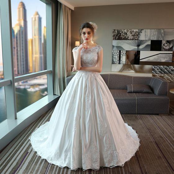 Klasyczna Suknie Ślubne 2017 Trenem Katedra Białe Suknia Balowa Wycięciem Kótkie Rękawy Bez Pleców Perła Cekiny Z Koronki Aplikacje