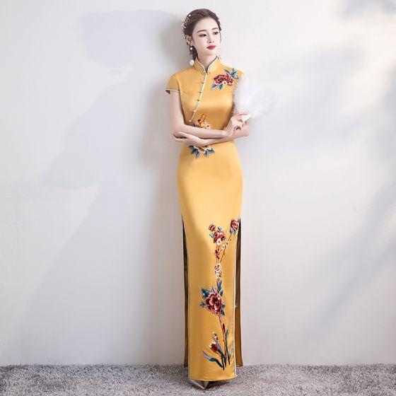 Style Chinois Jaune Satin Cheongsam 2020 Trompette / Sirène Col Haut Manches Courtes Appliques Brodé Fendue devant Longue Robe De Ceremonie