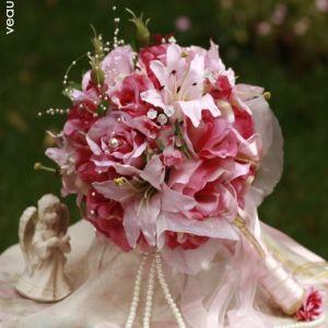 Bouquet De Mariée Tenant Des Fleurs De Lys Roses De Grandes Fleurs De Mariage